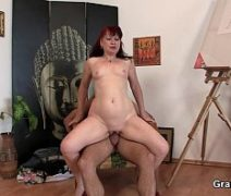 Video porno boa foda com coroa artista sentando no cacete do cliente