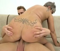 Vovo do sexo rabuda dando um trato no neto tarado