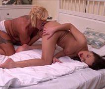 Maãe e filha fazendo um sexo lesbico muito gostoso