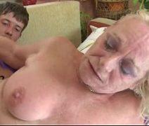 Neto comendo avó safada depois de fazer ela mamar sua pica