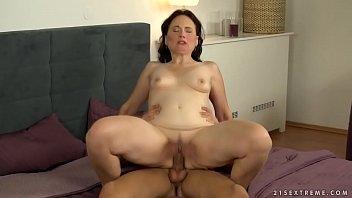 Portal porno com madura transando com o amigo mais novo