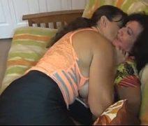 Putaria com coroas lesbicas assanhadas se pegando no sofá