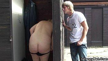 Sexo no banheiro público com garotão fudendo a coroa safada