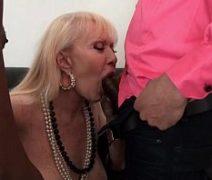 Video de xxx sexo com coroa rica transando com dois negões