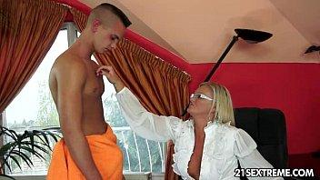 Comendo a tia safada e enchendo a buceta dela de porra