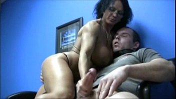 Punhetando o macho até fazer ele gozar