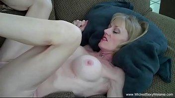 Vídeo de mulher pelada fazendo sexo