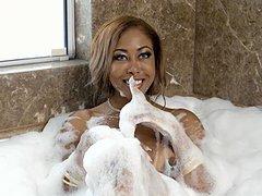 Casada rabuda e peituda fode gostoso com o esposo na banheira