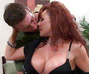 Coroa muito gostosa viciada em sexo fode com dois homens
