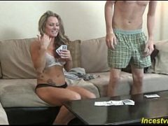 Foi jogar poker com a madrasta e acabou parando na cama com ela