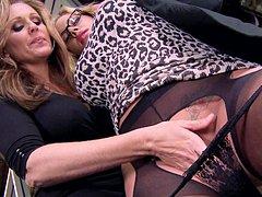 Mulher chupando outra mulher em sexo lesbico