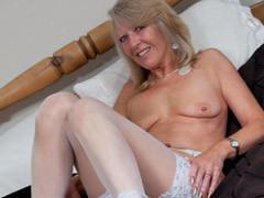 Velha excitada se masturbando de lingerie branca sensual