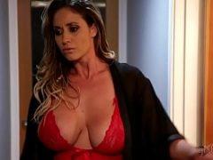 Madrasta flagra enteada na masturbação e resolve ensina-la sobre sexo