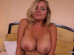 Mamãe sexy fazendo seu primeiro video porno