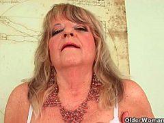 Mulher tarada bem idosa socando consolo na buceta