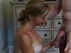 Porno amador com uma coroa caseira tomando um banho de porra