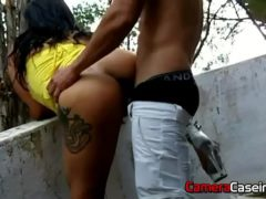 Sexo na rua com morena gostosa e seu namorado
