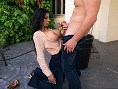 Madura rica fode com seu jardineiro no jardim de sua casa
