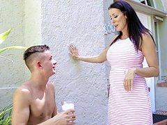 Safada leva seu vizinho novinho para foder com ele em casa