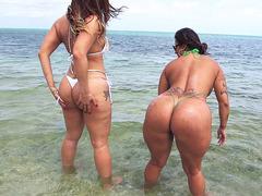 Mulheres nuas gostosas na praia