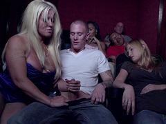 Sexo no cinema com sortudo recebendo boquete e uma punheta da coroa