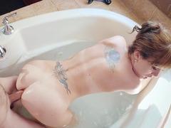 Bem gostosa dando o cu na banheira
