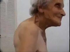 Casal de velhos fudendo no sexo amador caseiro