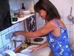 Novinho comendo a tia na pia da cozinha