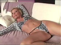 Velha trepando no sofá após ser masturbada e chupada