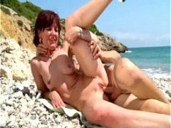 Sexo anal na praia com a tia do melhor amigo