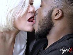 Coroa beijando um novinho o pau bem duro