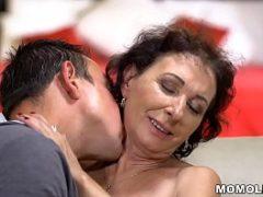 Porno HD de homem masturbando a xana da velha