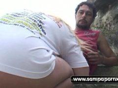Samba porno de mulher pagando boquete em publico