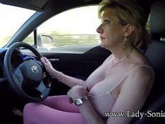 Velha peituda se masturbando no carro