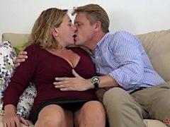 Maduras peitudas beijando e dando gostoso