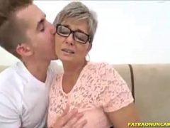 Comendo a mãe coroa do melhor amigo