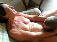 Idosas fudendo com seu marido delicioso na cama
