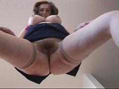 Porno das velhas mostrando a bucetinha cabeluda