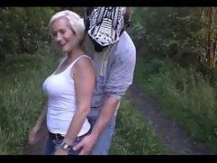 Velha dando para o motoqueiro no matagal