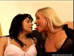 Vovós safadas se beijando no apartamento