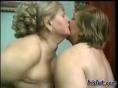 Sexo coroas lesbicas se beijando e transando