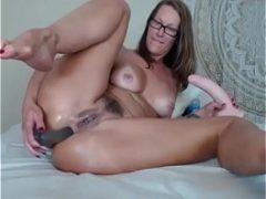 Coroa masturbando a bucetinha arrombada