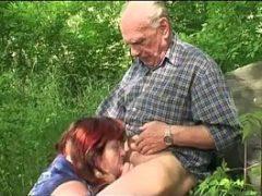 Velho tarado na putaria das velhas ao ar livre