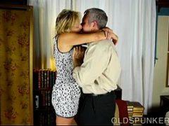 Casados fazendo sexo gostoso em casa