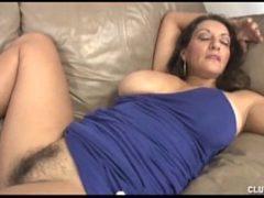Entregador pega dona de casa dormindo com a buceta aberta