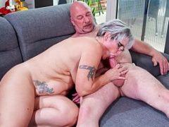 Esposa chupando a pica do seu marido