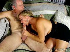 Loira de 50 anos transando com seu amante