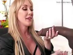 Loira coroa fazendo sexo com negão