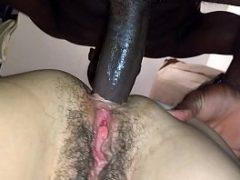 Negão comendo o cu da coroa peluda