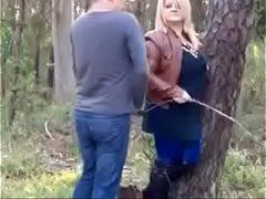 Velha seduzindo um novinho para meter no meio do mato
